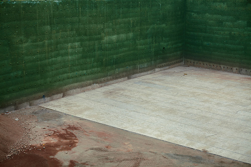 Empty pit with green walls