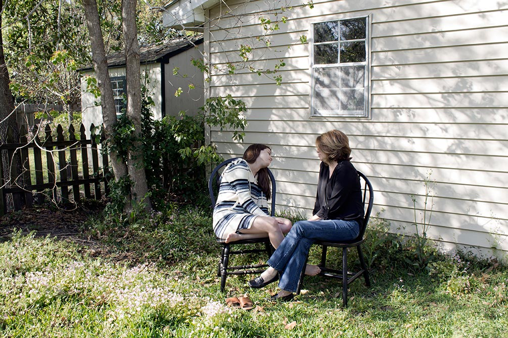 emily jeffcoat photography mother and daughter in backyard
