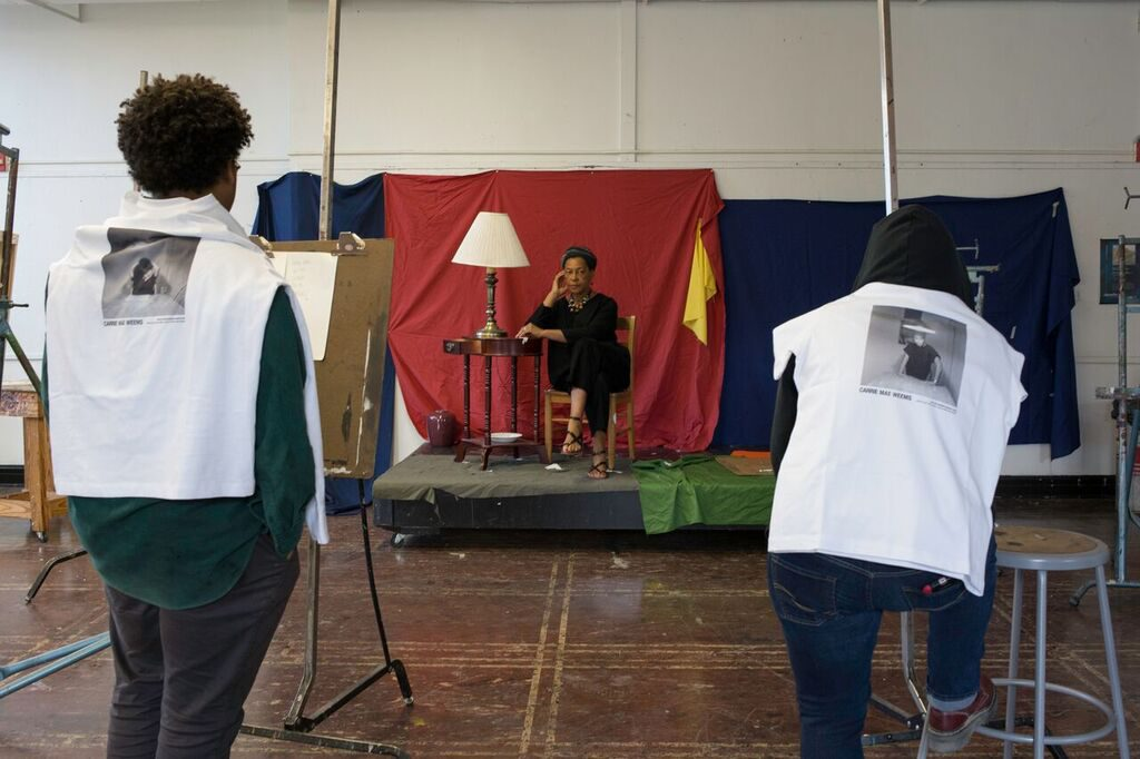 Artist Carrie Mae Weems works with LSU MFA students. Photo by MFA candidate Dason Pettit.