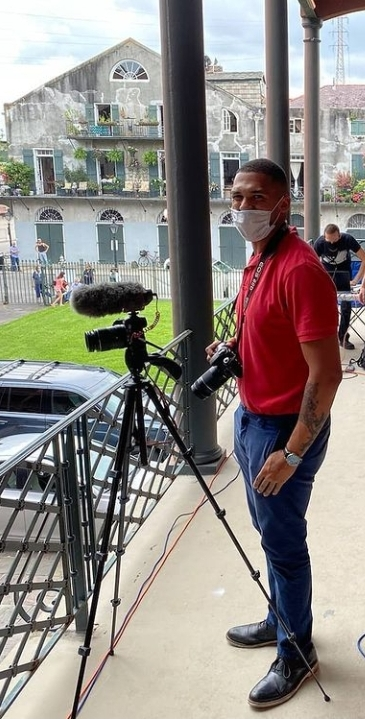 Trai in mask with camera on balcony